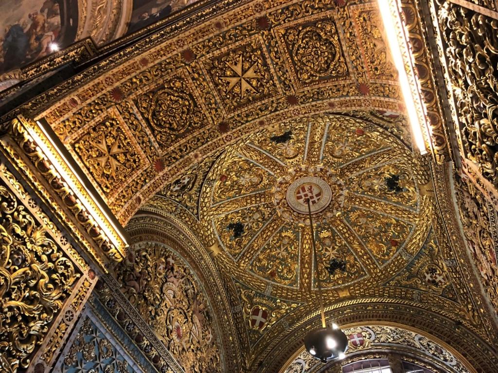 マルタ、聖ヨハネ大聖堂の金色で装飾された天井