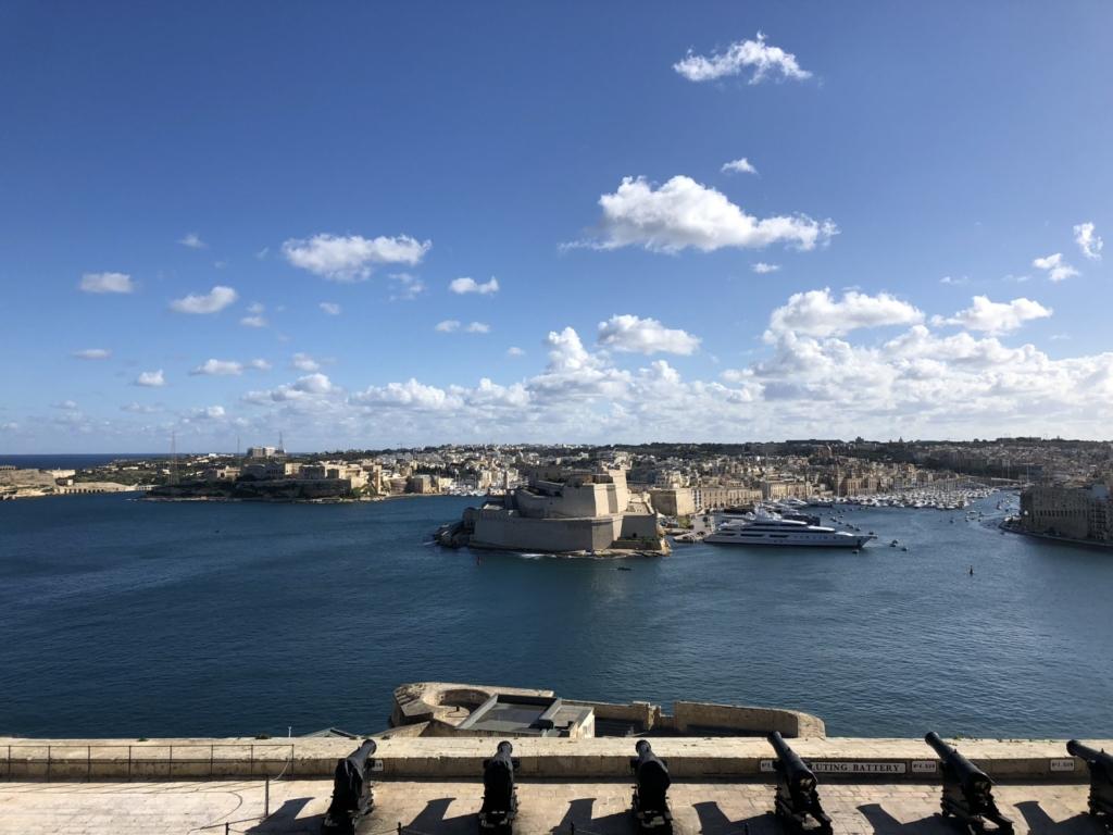 マルタの観光スポット、アッパー・バラッカ・ガーデン(Upper Barrakka Gardens)から見える海