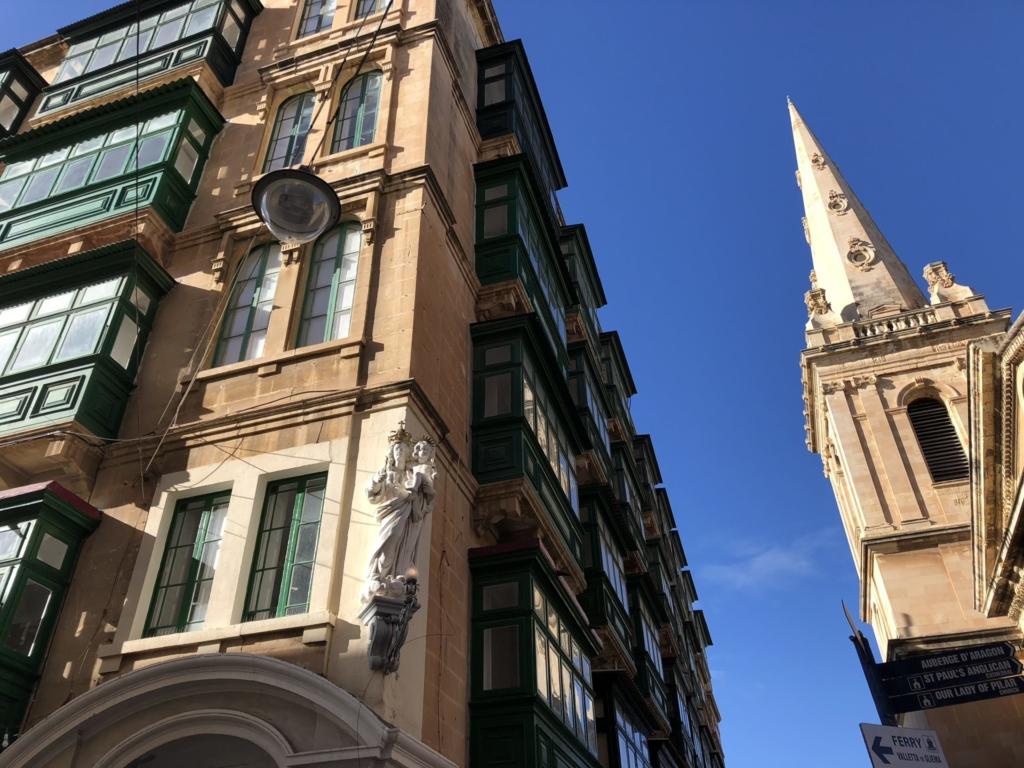 バレッタの街並みとマリア像とガラリア
