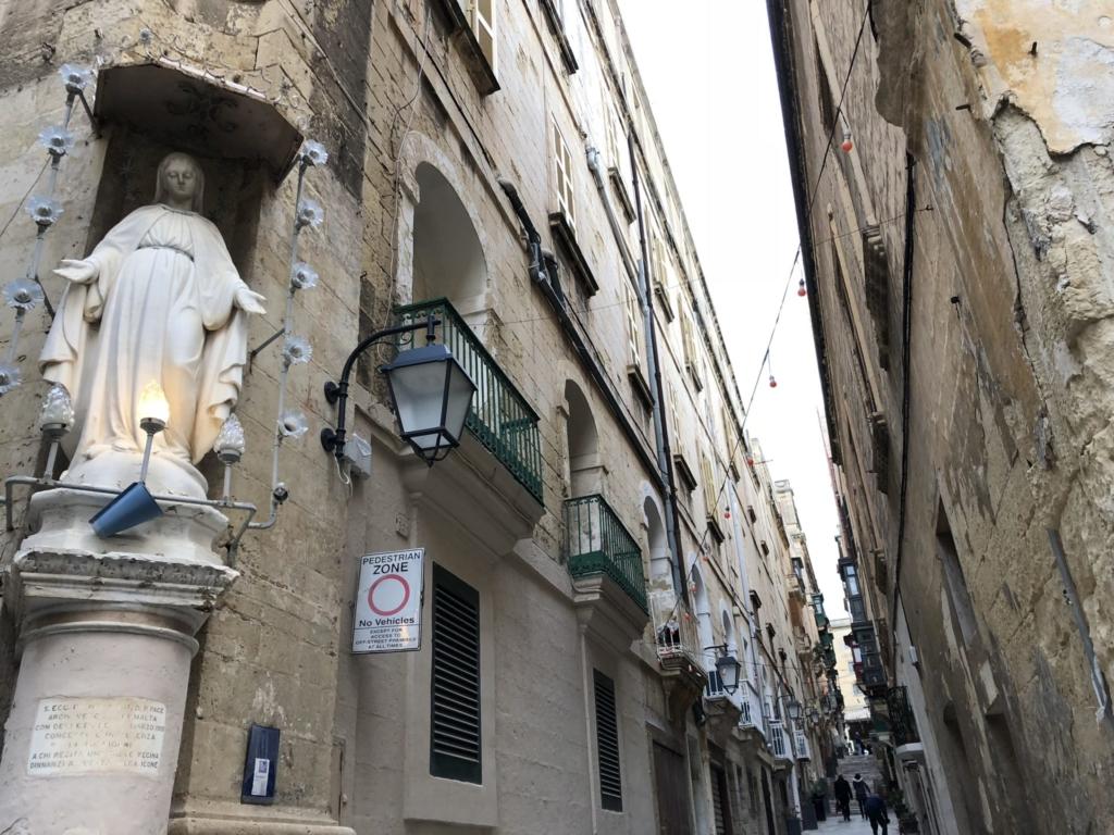 バレッタの街並みとマリア像