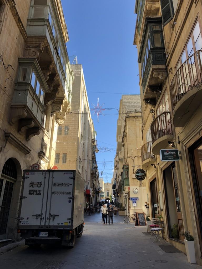 マルタの街並みとえび専門店の車