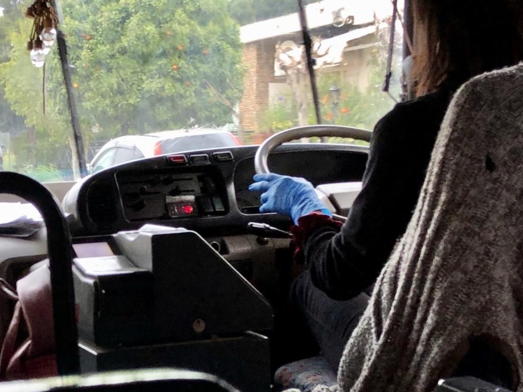 使い捨てゴム手袋をつけてた女性運転手