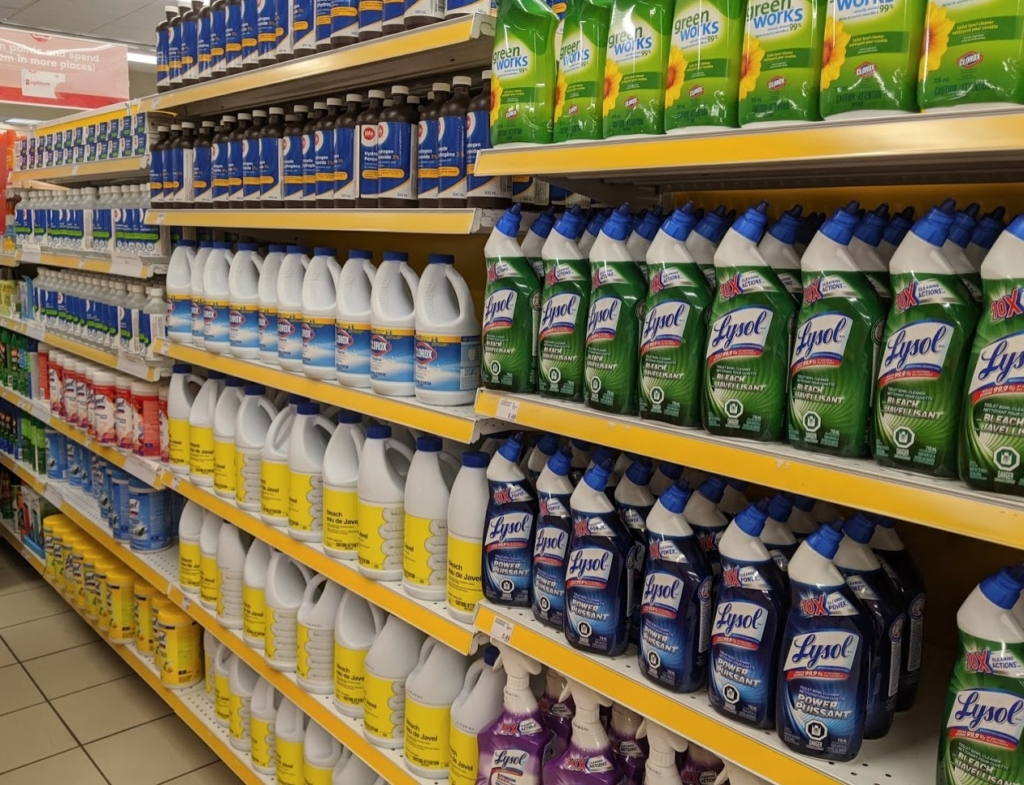 カナダのスーパーのアルコール除菌剤の棚
