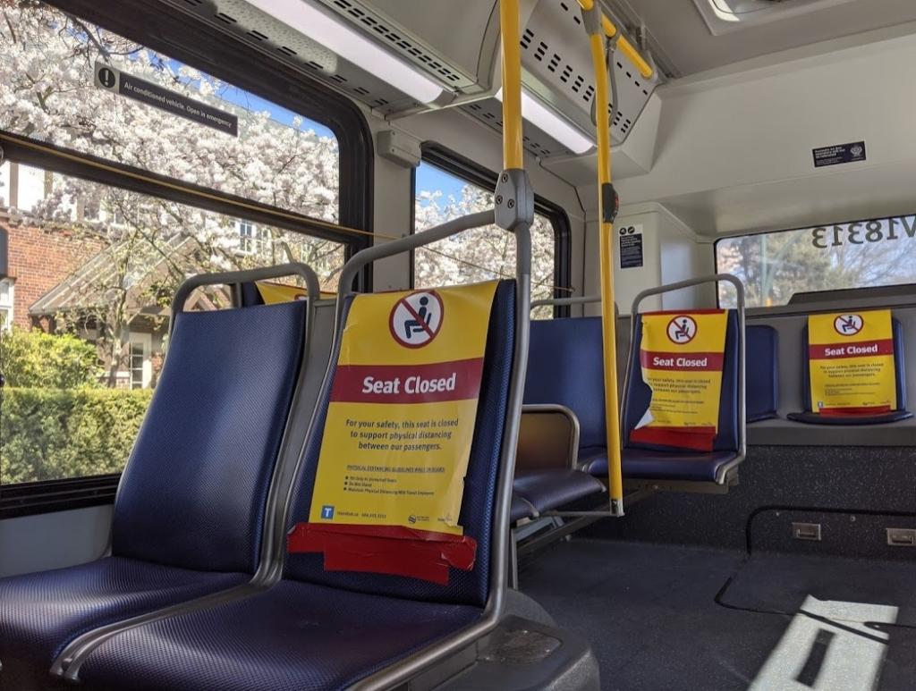 バスの座席の禁止ステッカー