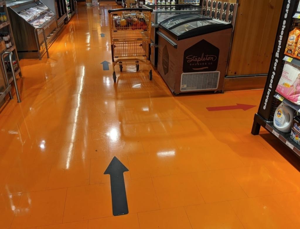 店内の床の矢印